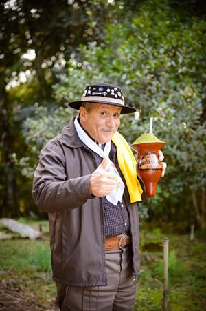 Starszy pan z Brazylii z yerbą chimarrao