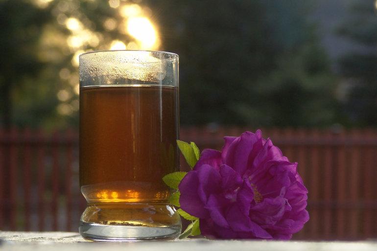 Liście tulsi zaparzone w szklance