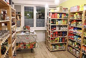 Półki z yerbą, czyli wnętrze sklepu w Krakowie