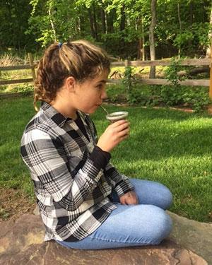 Nastolatka pijąca Yerba Mate