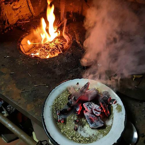 Palenisko w tle przygotowywanej mate cocido quemado