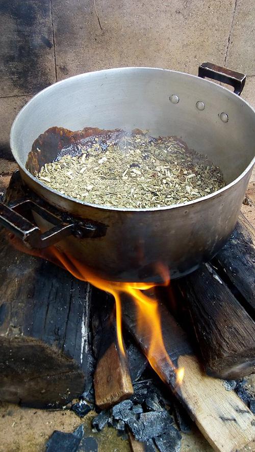 Przygotowywanie mate cocido quemado w Ameryce Południowe
