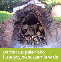 Palenisko do metody barbacua i tradycyjna suszarnia w tle