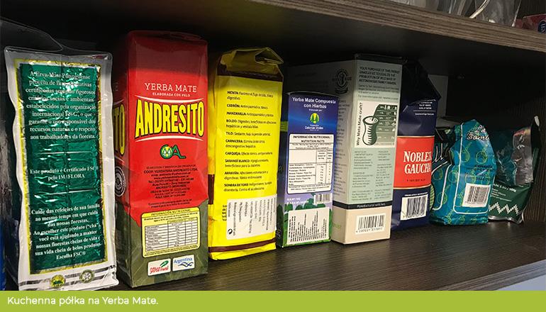Półka wypełniona yerbami różnych marek - właściwe przechowywanie